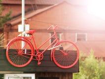 Старый красный велосипед как украшение на здании стоковое изображение