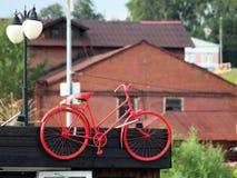 Старый красный велосипед как украшение на здании стоковые фотографии rf