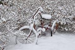 Старый красный велосипед в снеге Стоковые Фотографии RF