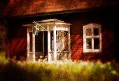 Старый красный деревянный коттедж в Швеции Стоковая Фотография RF