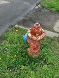Старый красный желтый голубой антиквариат пожарного гидранта стоковые фотографии rf