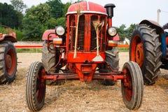 старый красный трактор стоковые изображения