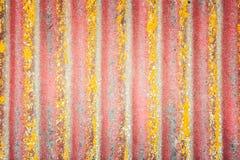 Старый красный шифер покрытый с прессформой стоковые изображения