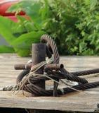Старый крестовидный пал зачаливания на деревянной пристани Стоковые Изображения RF