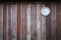 Старый круглый вид часов на старой деревянной стене Стоковое Изображение
