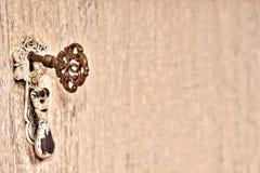 Старый кухонный шкаф с ключевой предпосылкой Стоковая Фотография RF