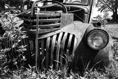 Старый классический грузовой пикап, Junkyard стоковая фотография rf