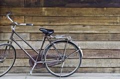 Старый классический парк велосипеда стиля на старой грубой нашивке древесины текстуры Стоковые Фотографии RF