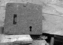 Старый ключевой замок и деревянные предпосылки Стоковое Изображение RF