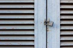 Старый ключевой замок на близкой деревянной двери Стоковое Изображение RF