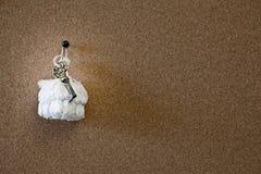 Старый ключ на белой двери стоковая фотография rf