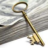 Старый ключ на деньгах Стоковые Изображения