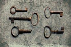 Старый ключ на старой текстурированной бумаге с естественными картинами Стоковые Фотографии RF