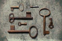 Старый ключ на старой текстурированной бумаге с естественными картинами Стоковая Фотография RF