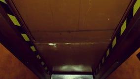 Старый лифт в гостинице двигает видеоматериал