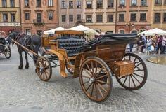Старый лошад-нарисованный экипаж в центре Варшавы стоковое изображение rf