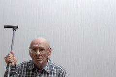Старый лысый человек со стеклами развевает идя ручка стоковая фотография