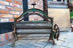 Старый мангль для нижнего белья Музей экспоната на открытом воздухе в Центральной Европе стоковые фотографии rf