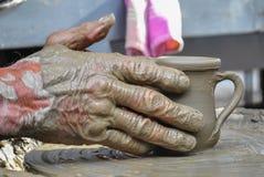 Старый мастер работая на глиняном горшке Стоковые Фото