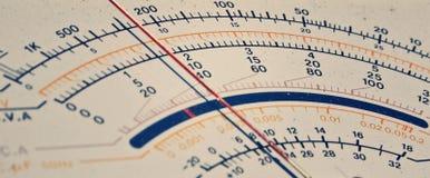 Старый масштаб вольтамперомметра стоковое изображение