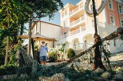 Старый матрос приглашает к ресторану Старый анкер перед рестораном старого городка Nessebar стоковая фотография rf