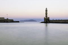 Старый маяк в тихой гавани на заходе солнца Chania Стоковое Фото