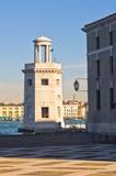 Старый маяк перед церковью Сан Giorgio Maggiore в Венеции Стоковые Фотографии RF