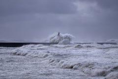 Старый маяк под тяжелым штормом Стоковые Изображения