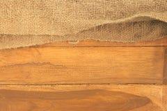 Старый мешок na górze деревянной доски планки Стоковая Фотография