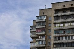 Старый многоквартирный дом мульти-этажа в плох-разработанной зоне  стоковые фото