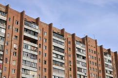 Старый многоквартирный дом мульти-этажа в плох-разработанной зоне  стоковое фото rf
