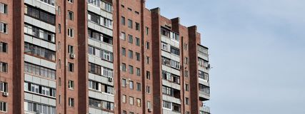 Старый многоквартирный дом мульти-этажа в плох-разработанной зоне  стоковые изображения
