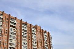 Старый многоквартирный дом мульти-этажа в плох-разработанной зоне  стоковые изображения rf