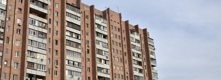 Старый многоквартирный дом мульти-этажа в плох-разработанной зоне  стоковое изображение rf