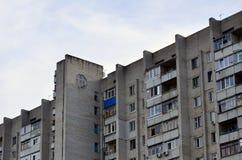 Старый многоквартирный дом мульти-этажа в плох-разработанной зоне  стоковые фотографии rf