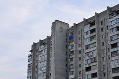 Старый многоквартирный дом мульти-этажа в плох-разработанной зоне  стоковая фотография