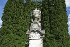 Старый могильный камень урны известняка Стоковая Фотография