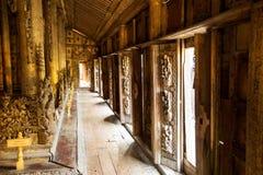 Старый монастырь teak Shwenandaw Kyaung в Мандалае Стоковые Изображения