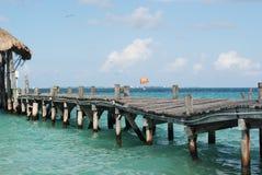 Старый мост в океане стоковая фотография rf