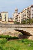 Старый мост в Хероне, Испании, над сухим руслом реки стоковая фотография rf