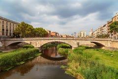 Старый мост в Хероне на предпосылке бурного неба стоковая фотография rf