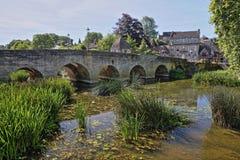 Старый мост городка на реке Эвоне в Брэдфорде на Эвоне, Великобритании Стоковая Фотография