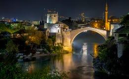 Старый мост и старый городок в Мостаре к ночь стоковые изображения