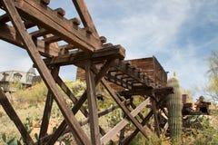 Старый мост козл золотодобывающего рудника городка Аризоны Диких Западов стоковая фотография rf