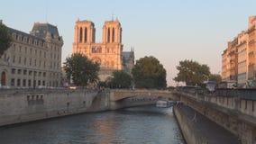 Старый мост над водотоком Сены с туристским плаванием корабля в Париже к центру города