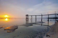 Старый мост на пляже jeram во время захода солнца Стоковая Фотография RF
