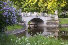 Старый мост над рекой в парке Санкт-Петербурге Павловска Стоковые Фотографии RF