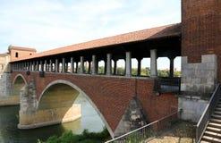 старый мост над рекой ТИЧИНО в городе Павии в Италии Стоковое Фото