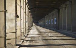 Старый мост перехода с конкретными столбцами Стоковая Фотография RF