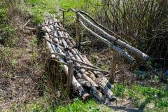 Старый мост ручек через поток стоковые фотографии rf
